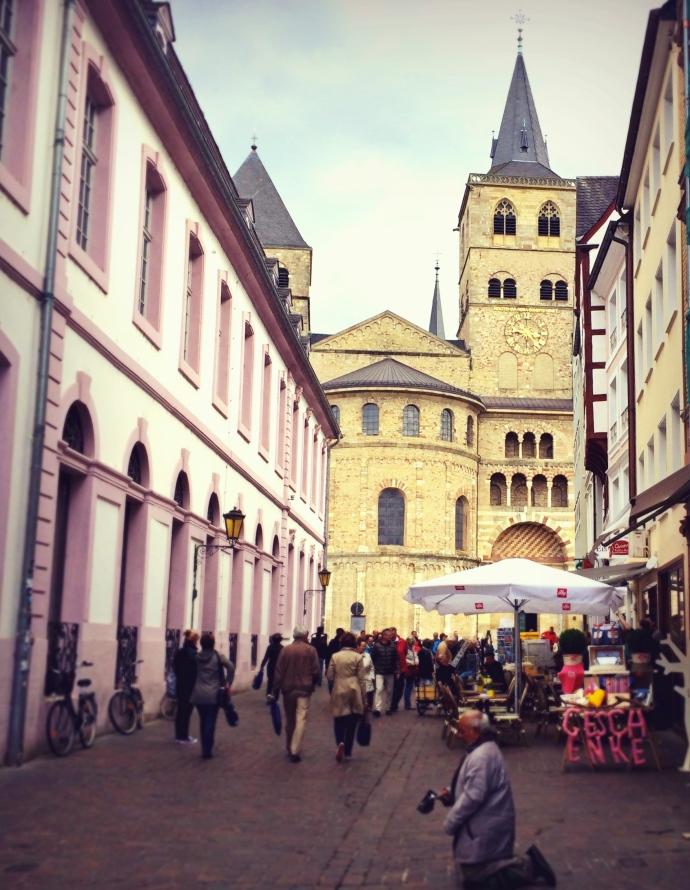 Der Trierer Dom steht in der Ferne